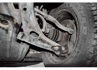 На наших дорогах чуть дольше служит передняя подвеска Civic: оригинальные задние сайлент-блоки рычагов и «шаровые»– до200тыс.км, наиболее нагруженный передний сайлент-блок– около 100 тыс.км. У Corolla «резинки» рычагов и«шаровые» работают около 150 тыс. км.