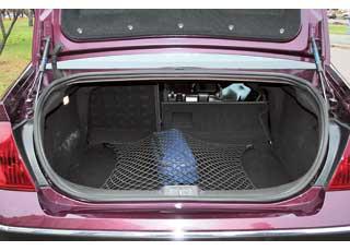 По размеру багажника 407-й уступает многим конкурентам – объем 410 л против 500 л у Opel Vectra и 430 л у Renault Laguna. Ноегоможно увеличить, сложив задние сиденья.