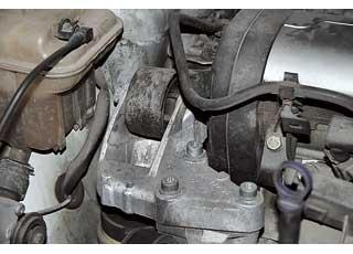 Правая верхняя опорная подушка двигателя неотличается долговечностью – может прийти в негодность спустя 50 тыс. км.