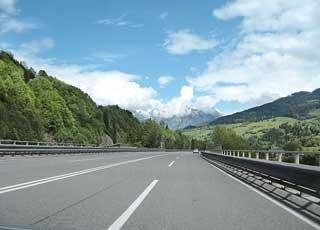 Венгерские дороги заметно отличаются от украинских. Для проезда по автобанам всем экипажам выдали виньетки.