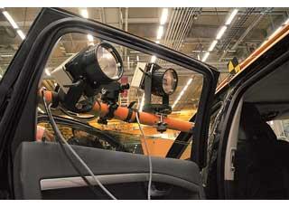 Картину столкновения фиксируют 50 скоростных видеокамер, самая быстрая из которых делает 200 тысяч кадров в секунду. Камеры с подсветкой везде: в автомобиле, на нем, над ним и под стеклянным полом.