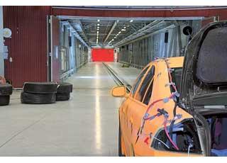 Два автомобиля разгоняются потоннелям длиной 154 и108 м. Один можно поворачивать ификсировать под любым углом до 90градусов – чтобы менять угол столкновения машин. Точка столкновения прогнозируется с точностью до 2,5 см.
