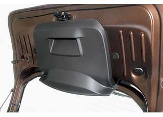 Пластиком прикрыта лишь часть крышки багажника, зато есть удобная ручка.