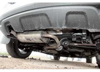 Как и на первом поколении X-Trail, последнее колено и «банка» глушителя вDuster 4х4 расположены опасно низко. На моноприводных версиях такого нет.