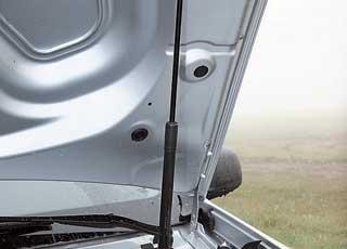 При всей экономии, капот в авто удерживает пневматический  амортизатор.
