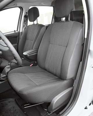 В салоне довольно просторно. Вариантов настроек переднего кресла минимум, но сидеть удобно. Сзади места для ног и над головой достаточно. Трое людей средней комплекции могут поместиться. Кнопки опционных электрических стеклоподъемников расположены внизу – окна можно открывать ногой.