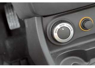В версиях 4х4 – контроллер управления полным приводом. Аналогичный стоит на Nissan Qashqai и X-Trail.