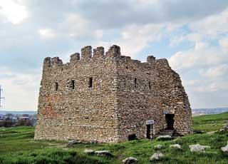 Несмотря надревний вид, Надвратная башня построена недавно, «по образу и подобию» старинной.