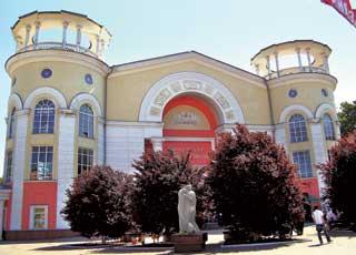Кинотеатр «Симферополь», который еще называют «Домом Кино»– один изкрасивейших кинотеатров встране.