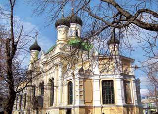 На куполах церкви Трех Святителей кресты были установлены при помощи вертолета.