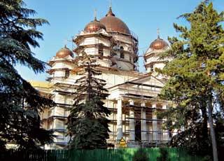 Собор Александра Невского долгое время реставрируют – из-за строительных лесов не видно всех его архитектурных элементов.