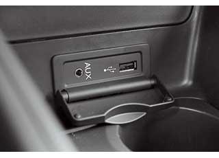 В нижней части центральной консоли – разъемы AUX для медиаплеера и USB, куда можно подключить флешку.