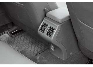 Воздуховоды  на галерке есть во всех версиях с «климатом», но третьему пассажиру они будут мешать.