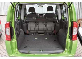 Удобства коммерческой техники: погрузочная высота багажника минимальна, а сам отсек – правильной формы и просторный.