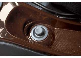 Управление электрорегулировками зеркал  заднего вида находится под рычагом стояночного тормоза, что неудобно.