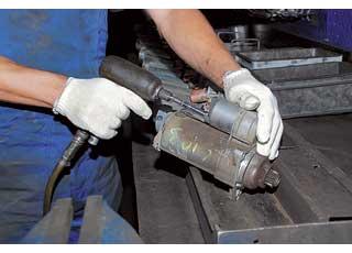 «Бэушные» стартеры поступают назавод собранными, после чего разбираются вручную с использованием электро- и пневмоинструментов.