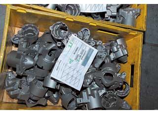Тщательно вымытые детали сортируются всоответствии смоделью стартера.