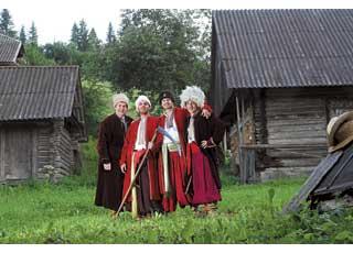 Команда Kosa Racing и ее лидер Тарас Кравченко (второй слева) успели не только погоняться, но и насладиться колоритом Карпатских гор.