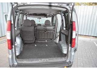 В походном состоянии багажник Doblo больше на 240 л (!), чем у конкурента – 750 л против 510 л. Задние сиденья у обеих моделей – складывающиеся, но не съемные.
