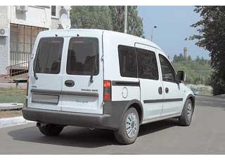 По длине и величине колесной базы  Combo превосходит Doblo, но максимальный объем багажника больше всего на 50 л (3050 л).  Запас места отдан задним пассажирам.