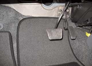 В Bogdan педаль тормоза, как и во всех автомобилях савтоматической КП, широкая. Она позаимствована у донора АКП – Chevrolet Aveo.