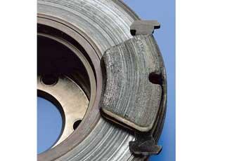 Степень ихарактер износа диска во многом зависят отстиля вождения икачества тормозных колодок.