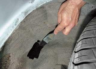 Для восстановления повреждений шумовиброизоляции на днище можно использовать резинобитумные мастики или антикор в аэрозоли. В последнем случае желательно нанести несколько слоев.