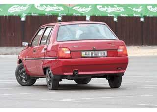 Благодаря заметной ступеньке крышки багажника «Славуту» можно спутать с седаном, хотя на самом деле она имеет практичный кузов лифтбек (заднее стекло открывается с крышкой 5-й двери).