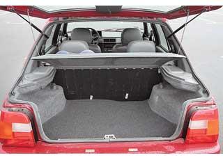 По сравнению с «Таврией» багажник «Славуты» в «походном» состоянии увеличился на 50 л, а с разложенными сиденьями – на 110 л (!) Удобство повышает и небольшой погрузочный порог.