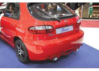 Хорошо знакомые седаны ихэтчбеки Lanos продаются вРоссии под маркой Chance. Для выставки, помимо 4-ступенчатой АКП, дизайнеры подготовили оригинальный аэродинамический обвес.
