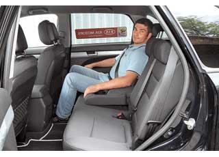 На втором ряду неплохо – и места достаточно, и наклон спинок можно менять, и индивидуальные дефлекторы обдува в центральных стойках кузова есть.