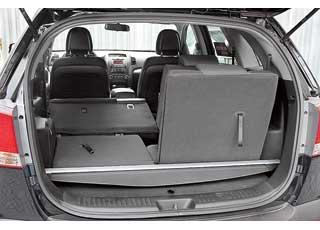 Шторку, прикрывающую багажник, не обязательно оставлять дома или в гараже. Когда установлены все три ряда сидений, она крепится в специальные пазы.