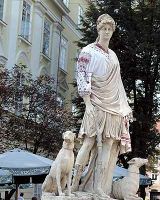 Львов – город шутников, здесь могут одеть скульптуру ввышиванку.