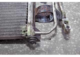 Игнорирование мойки радиатора-конденсора, особенно зимой, может привести к его коррозии и разгерметизации.