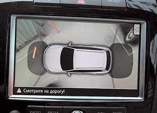 Четыре камеры системы Area View позволяют увидеть свою машину «сверху». Хорошо просматриваются парковочные места и помехи. Но лучше не забывать оглядываться посторонам.