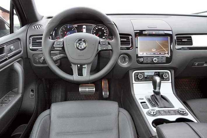 Интерьер не оставляет сомнений в принадлежности автомобиля. Все сделано строго итехнологично. Пластик в верхней части торпедо мягкий. Интересно, что при наличии тех же функций, что и в Cayenne, кнопок и переключателей в Touareg намного меньше.