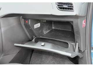 Открытая крышка емкого бардачка не мешает коленям пассажира.
