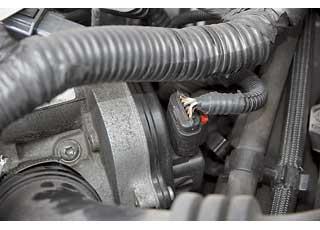 В бензиновых двигателях проблемы сдроссельной заслонкой. Иногда помогает ее чистка, а иногда требуется замена.