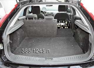 В «походном» состоянии объем багажника хэтчбека Focus больше, чем, например, Opel Astra (Н) и Peugeot 307 – 385 л против 350 и340л соответственно. А вот при сложенных задних сиденьях он оказывается меньшим – 1245 л против 1270 и 1330 л.