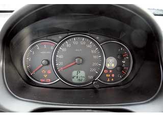 Панель приборов – традиционная для Mitsubishi, а информация читается  хорошо.