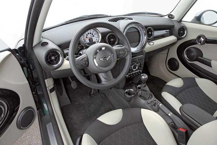 Все кнопки и переключатели управления, блок CD-чейнджера, аудиосистемы и климат-контроля теперь черные.