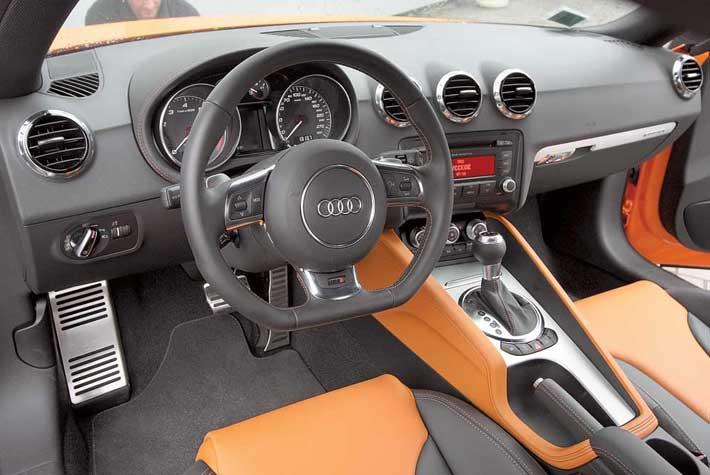 Сомнений, что это салон спортивного автомобиля, не возникает. Ничего лишнего. Цветной дисплей устанавливается вместе с навигационной системой сDVD за 2807 евро.