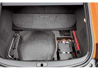 Для лучшего распределения веса аккумулятор перенесен в подполье багажника. Тутже небольшая ниша и инструмент. Зачем здесь «баллонник», если запаски нет?