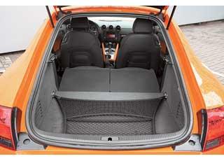 При складывании спинок заднего ряда багажник увеличивается. Погрузочная высота большая, а высота самого отсека – маленькая. Багажник открывается только с ключа или кнопкой  в кармане водительской двери.