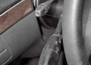 Два подрулевых переключателя слева от баранки и отсутствие таковых справа– традиционная особенность марки.