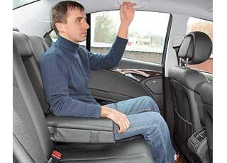 За рослым водителем сядет высокий пассажир. Сзади поместятся трое, однако среднему мешает крупный тоннель.