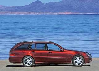 Практичные универсалы (на фото) встречаются в Украине очень редко. Главный их козырь по сравнению с конкурентами – огромнейший багажник: 690/1950 л против  565/1660 у А6 и 500/1650 у BMW 5 Series.