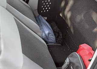 За сиденьем пикапа можно поставить сумки или инструменты. Откидывающаяся спинка водительского кресла – прерогатива комплектации Ambiance.