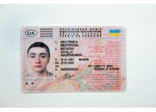 В Киеве в качестве эксперимента внедрены права со встроенным электронным микрочипом. Их цена всего на 30–40 грн. выше, чем обычных удостоверений на пластиковой основе.