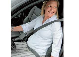 Беременным женщинам шлеи ремня нужно прокладывать так, чтобы избежать давления на живот, т. е. ремень должен проходить под и над животом.